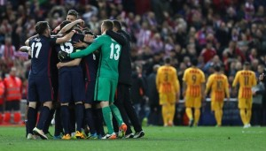 Atletico Madrid's players celebrate their win during the Champions League quarter-final second leg football match Club Atletico de Madrid VS FC Barcelona at the Vicente Calderon stadium in Madrid on April 13, 2016. Atletico de Madrid won 2-0. / AFP PHOTO / CESAR MANSO