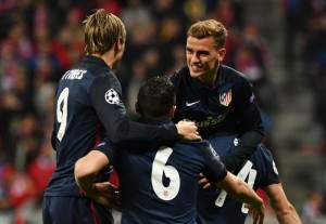 Atletico Madrid's French forward Antoine Griezmann (R) celebrates scoring with his team-mates during the UEFA Champions League semi-final, second-leg football match between FC Bayern Munich and Atletico Madrid in Munich, southern Germany, on May 3, 2016. / AFP PHOTO / LUKAS BARTH