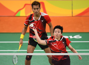 Indonesia's Tontowi Ahmad and Indonesia's Liliyana Natsir (R) return to China's Zhang Nan and China's Zhao Yunlei during their mixed doubles semi-final badminton match at the Riocentro stadium in Rio de Janeiro on August 15, 2016, at the Rio 2016 Olympic Games. Indonesia's Tontowi Ahmad and Indonesia's Liliyana Natsir won the match. / AFP PHOTO / Jim WATSON