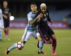 Barcelona's Brazilian forward Neymar (L) vies with Celta Vigo's defender Hugo Mallo during the Spanish league football match RC Celta de Vigo vs FC Barcelona at the Balaidos stadium in Vigo on October 2, 2016. / AFP PHOTO / MIGUEL RIOPA