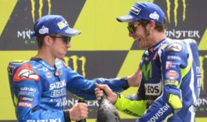 Second Italy's rider Valentino Rossi (Movistar Yamaha MOTOGP N 46) (R) celebrate with third Spanish's rider Maverick Vinales (Suzuki Ecstar N 25) on the podium after the MotoGP race during the MotoGP race of the French motorcycling Grand Prix, on May 8, 2016 in Le Mans, northwestern France. / AFP PHOTO / JEAN-FRANCOIS MONIER